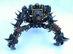 Und hier ist auch noch Abaddons Liebling seine Chaos Geißel seiner Black Legion, sie ist ein insektenartiges Konstrukt, mit einem Kampfgeschütz und Klauen, an ihren Seiten besitzt sie zudem zwei Sekundärwaffen. Hier ist sie mit der Maschinenkanonen und dem Inferno-Raketenwerfer bewaffnet. Sie wurde auf Befehl vom Kriegsherrn Abaddon persönlich, für seinen 13. Schwarzen Kreuzzug konstruiert.