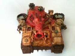 Der Seuchenspender ist ein Superschwerer Panzer des Chaos. Er ist ein von Nurgle korrumpierter und mutierter Baneblade. Da dieses Modell so nicht erhältlich ist handelt es sich (logischer Weise) um einen Totalumbau bzw. Eigenbau... Was will die Imperiale Garde auch mit dem Eiterwerfer der sogenannten Eiterkanone?