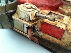 Um auch darzustellen, dass der halb verrottete Panzer besessen ist wurde ein schwerer Bolter, an der rechten Seitenkuppel durch ein Tentakelarm( aus der Chaos Brut Box) ersetzt.