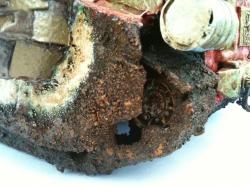 Die komplette Unterseite und die Ketten mit ihren Laufrädern sind mit Schlamm überzogen. Diese Kruste wurde mit Bestial Brown und dem guten alten Brown Ink versiegelt.