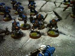 Scouts der Ultramarines mit Boltpistolen, schwerem Bolter, Kampfmessern und Kettenschwert.