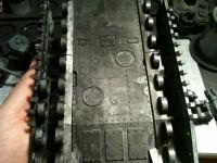 An der Bodenplatte kann man die Lücken noch erkennen. In den Seitenschächten befinden sich die vorhandenen Laufrollen, fehlende Räder werden später durch einen Resinbausatz ersetzt.