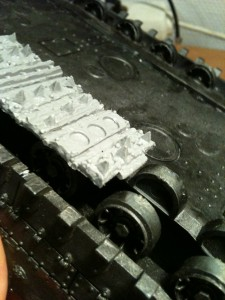 Nach dem Entgraten der Resinteile, die Panzerketten vor dem Festkleben sorgfältig auflegen und...