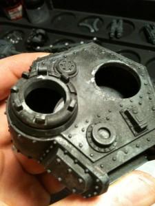 Die andere Kanzel wird mit dem Infernoraketenwerfer aus dem Fahrzeuggußrahmen der Chaos Space Marines ausgestattet.