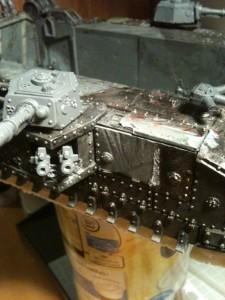 Nun setzte ich die gebrauchten (von mir unbehandelten) Panzerplatten an das Gehäuse.