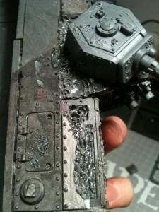 Um Kampfschäden darzustellen, welche durch die Dämonemaschine mutierten, trennte ich einige Platten und modellierte die Zwischenräume.