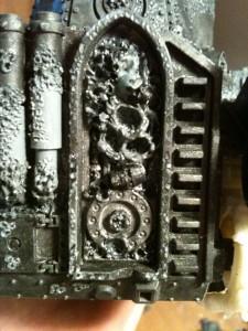 In den modellierten Altar setzte Schädel aus dem Fahrzeuggussrahmen der Chaos Space Marines ein.ha