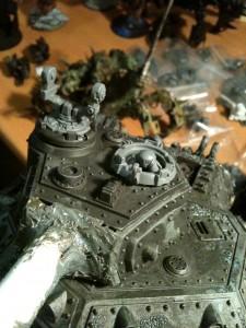 Der Rahmen für den Inferno Raketenwerfer und die Kanzel mit den Chaos Space Marines Beinen klebte ich nach dem Entgraten in den Turm, sobald der Kunststoffkleber ausgehärtet ist werde ich den Torso und den fehlenden Pod des Raketenwerfers einsetzen.