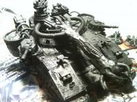 Nach dem der angeleimte Sand getrocknet war grundierte ich den Panzer mit Chaos Black vollständig...